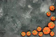 bakgrundshalloween pumpa Många pumpor på stenbakgrund Royaltyfri Bild