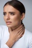 bakgrundshand som isoleras över för halswhite för ställe sjuk öm kvinna Sjukt kvinnalidande från smärtar, smärtsamt svälja Royaltyfri Fotografi
