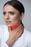 bakgrundshand som isoleras över för halswhite för ställe sjuk öm kvinna Sjukt kvinnalidande från smärtar, smärtsamt svälja Royaltyfri Bild