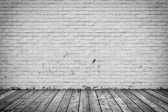 Bakgrundsinre: betongvägg- och trägolv Arkivfoton