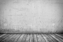 Bakgrundsinre: betongvägg- och trägolv Arkivbilder