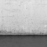 Bakgrundsinre: betongvägg- och trägolv Royaltyfria Bilder