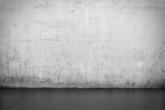 Bakgrundsinre: betongvägg- och trägolv Arkivbild