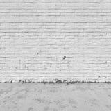 Bakgrundsinre: tegelstenvägg och betonggolv Arkivbilder