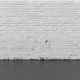 Bakgrundsinre: tegelstenvägg och betonggolv Royaltyfri Fotografi