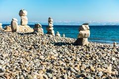 bakgrundsjämvikt balanserade färgade close upp fyra stenar för greypebblesten arkivfoto