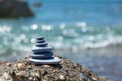 bakgrundsjämvikt balanserade färgade close upp fyra stenar för greypebblesten Royaltyfri Fotografi