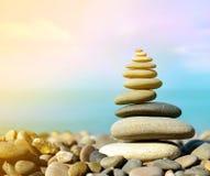 bakgrundsjämvikt balanserade färgade close upp fyra stenar för greypebblesten Arkivbild