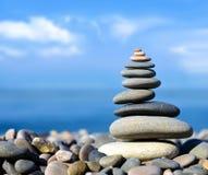 bakgrundsjämvikt balanserade färgade close upp fyra stenar för greypebblesten Royaltyfri Bild
