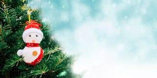 bakgrundsjuldatoren frambragte glatt nytt vektorår för lycklig bild Julgran och garnering med suddighetsvinterbakgrund arkivfoton