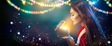 bakgrundsjulen inramninde ferieplats Ung kvinna för skönhetbrunett i ask för gåva för partidräktöppning royaltyfri foto