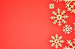bakgrundsjulen isolerade vita snowflakes Fritt avstånd för text arkivfoto