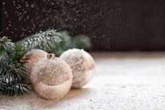 bakgrundsjulen stänger upp röd tid dekorera huset och trädet Garneringar på julgranbollarna arkivbilder