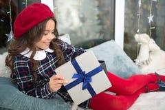 bakgrundsjulen stänger upp röd tid familj lyckligt nytt år Morgonen för Xmas Barndom Leveransjulgåvor lycklig flicka little royaltyfri bild