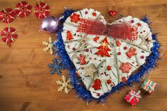 bakgrundsjulen stänger upp röd tid Garneringar för gåvorna Julprydnader på ett träbräde Hemlagade julprydnader Royaltyfri Fotografi