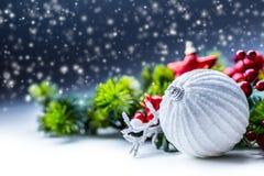bakgrundsjulen stänger upp röd tid Julkortet med bollgran och dekoren blänker på bakgrund royaltyfri bild