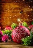 bakgrundsjulen stänger upp röd tid Julljus och garnering Julgränsdesign på träbakgrunden royaltyfria foton