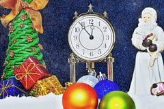 bakgrundsjulen stänger upp röd tid Klockan visar det långa väntade på ögonblicket Kommande Santa Claus och uppackning av gåvor un Arkivbild