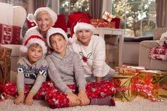 bakgrundsjulen stänger upp röd tid lycklig familj Fotografering för Bildbyråer