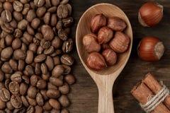 Bakgrundskaffe Grillat kaffe, hasselnöt, kanel Fotografering för Bildbyråer