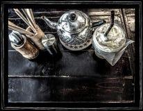 Bakgrundskaffe och egenskap på det wood skrivbordet Royaltyfria Bilder