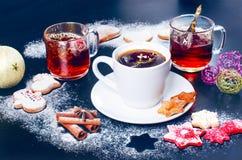 bakgrundskaffe som pladask häller white Kopp kaffe och te med julkakor Royaltyfri Foto