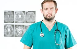 bakgrundskameradoktorn isolerade att se male s-stetoskopwhite Sjukvård Royaltyfria Foton