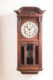 bakgrundsklocka som isoleras över väggwhite Arkivbild