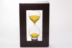 bakgrundsklockan som omfamnar den gråa timglasmannen, målade gravida sandmagekvinnor Royaltyfri Foto