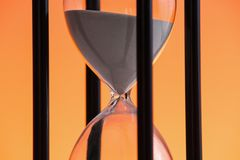 bakgrundsklockan som omfamnar den gr?a timglasmannen, m?lade gravida sandmagekvinnor running tid fotografering för bildbyråer