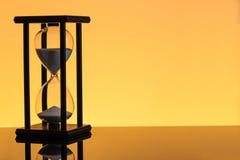 bakgrundsklockan som omfamnar den gr?a timglasmannen, m?lade gravida sandmagekvinnor running tid royaltyfri foto
