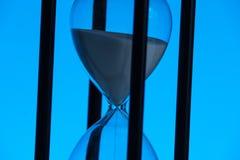 bakgrundsklockan som omfamnar den gr?a timglasmannen, m?lade gravida sandmagekvinnor running tid arkivfoton