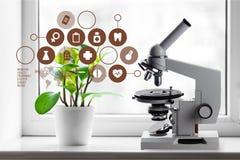 bakgrundslaboratoriummikroskop över white Vetenskapligt och sjukvård arkivfoton