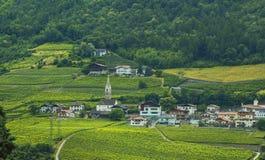 Bakgrundslandskapsikt av en liten alpin by i Tyrol Arkivfoton