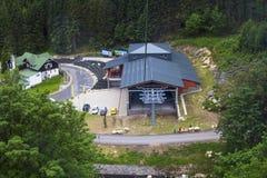Bakgrundslandskapsikt från ovannämnt till bergbanastationen av Pec-fröskidan Snezhkoi Arkivbild