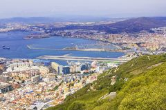 Bakgrundslandskapsikt från ovannämnt till Gibraltar och havet uppifrån av vagga av Gibraltar Royaltyfri Bild