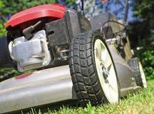 bakgrundslawngräsklippningsmaskin Royaltyfria Foton