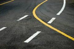 Bakgrundslinje på asfaltvägen Arkivfoto