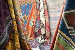 Bakgrundsmodell av blandade färgrika textiler Fotografering för Bildbyråer