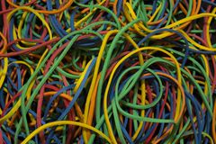 Bakgrundsmodell av ljust färgade gummiband arkivfoto
