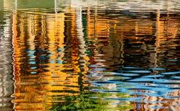 Bakgrundsmodell från reflexioner i vatten Arkivfoton
