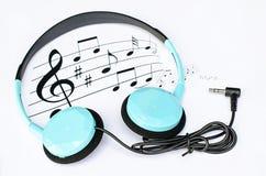 Bakgrundsmusik med blå hörlurar Arkivbilder