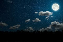 Bakgrundsnatthimmel med stjärnor och moln arkivbilder