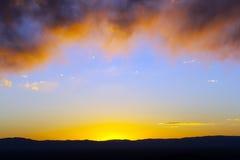 bakgrundsoklarheter inramninde solnedgång Arkivfoto