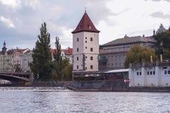 Bakgrundspanoramautsikt av invallningen av den Vltava floden från vattnet Arkivbilder