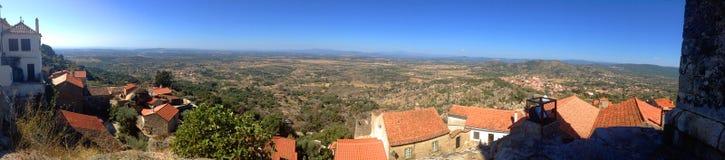 Bakgrundspanoramautsikt av landskapet av byn av Monsanto, i Portugal Arkivfoton