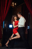 bakgrundspardansare som dansar passionerat salsawhitebarn Passionerad salsa dan arkivbild