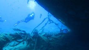 bakgrundspojkedykning isolerade le white för maskeringsscuba sjunken ship Royaltyfri Bild