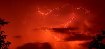 bakgrundsredthunderstorm Arkivbild