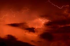bakgrundsredthunderstorm royaltyfri fotografi